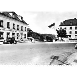 """County 60800 - OISE - CREPY-EN-VALOIS - PLACE DU PAON """"HOTEL DES TROIS-PIGEONS"""""""